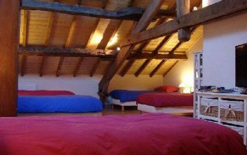 """Location de vacances - Gîte à Ambazac - le vaste """"dortoir"""" est au second étage et comprend 6 lits simples"""
