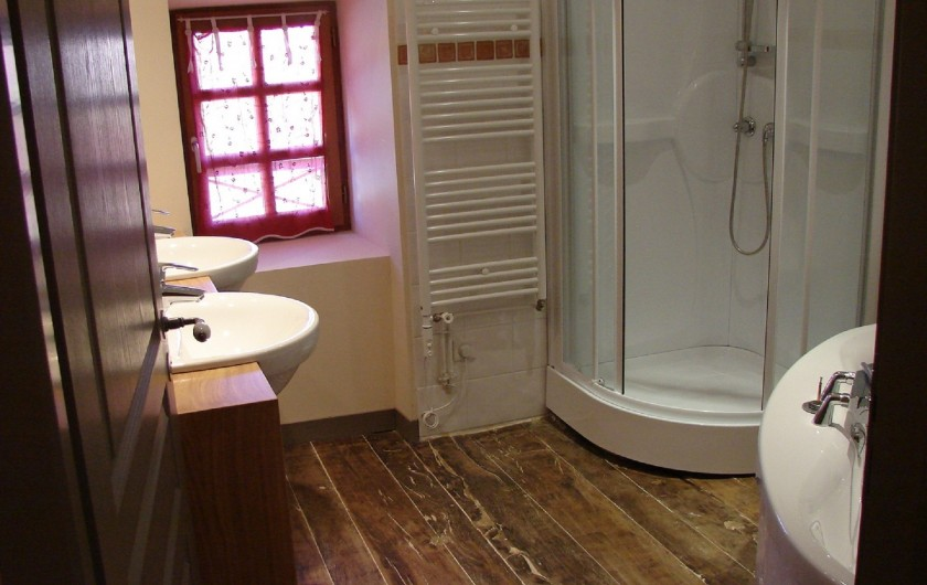 Location de vacances - Gîte à Ambazac - la salle de bains du premier étage (chambres 3 et 4)
