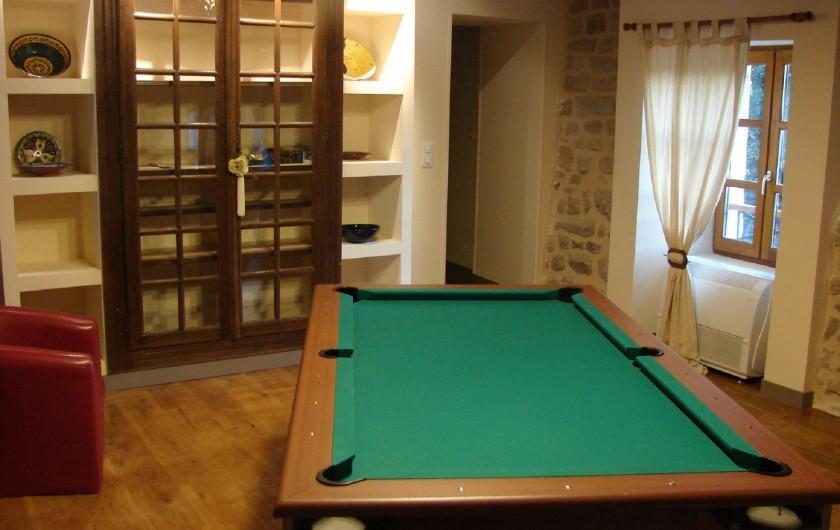 Location de vacances - Gîte à Ambazac - le billard et les jeux de société dans la bibliothèque
