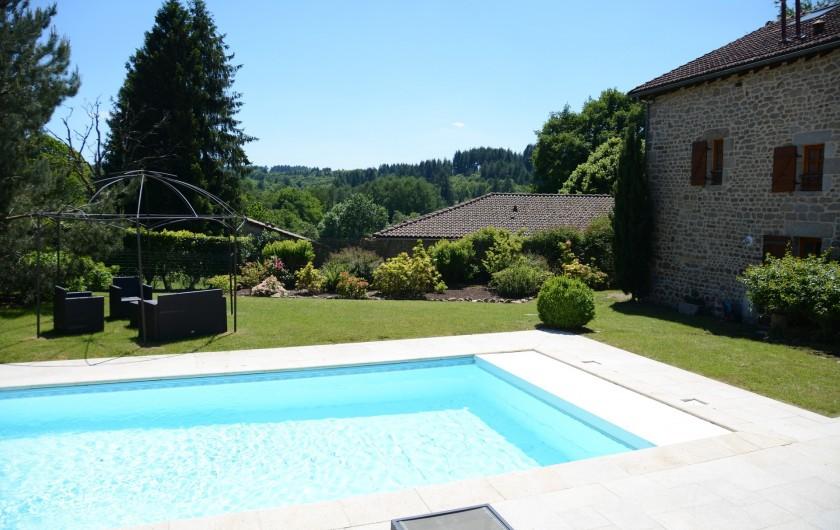 Location de vacances - Gîte à Ambazac - vue sur les Montes d'Ambazac à partir de la terrasse qui surplombe la piscine