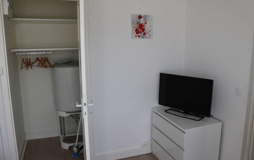 Location de vacances - Studio à Aix-les-Bains - placard avec penderie