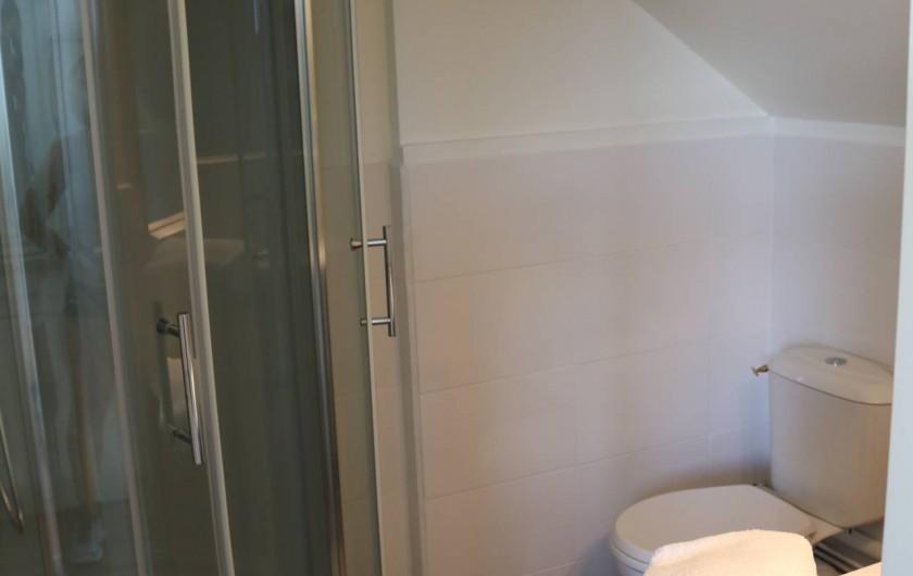 Location de vacances - Studio à Aix-les-Bains - cabine douche d'angle 90cm