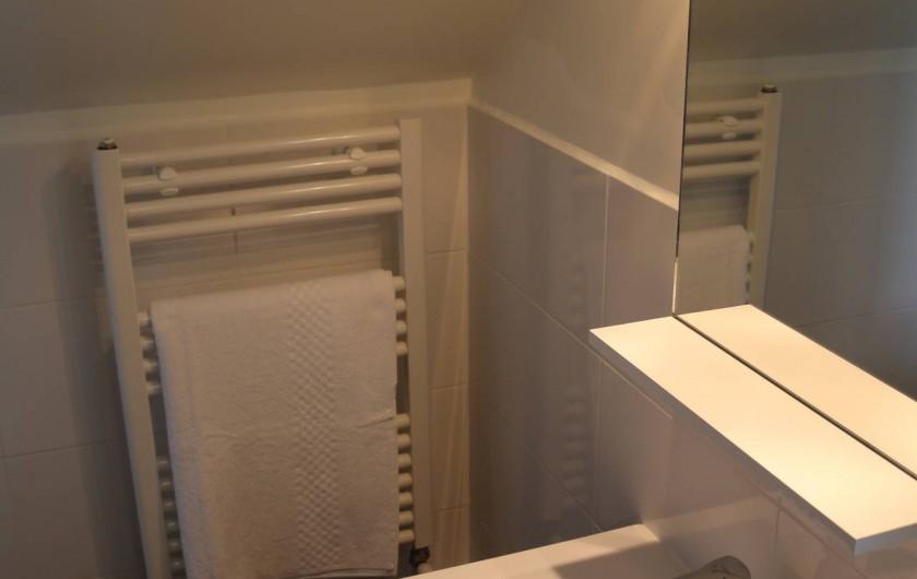 Location de vacances - Studio à Aix-les-Bains - salle de bains avec lavabo, douche, wc et sèche-serviettes