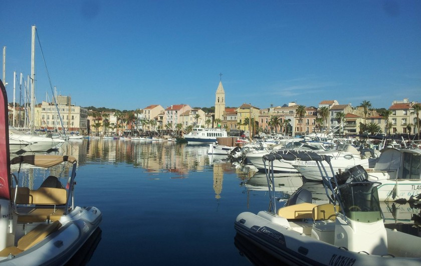 Location de vacances - Appartement à Sanary-sur-Mer - vue du port et de la ville