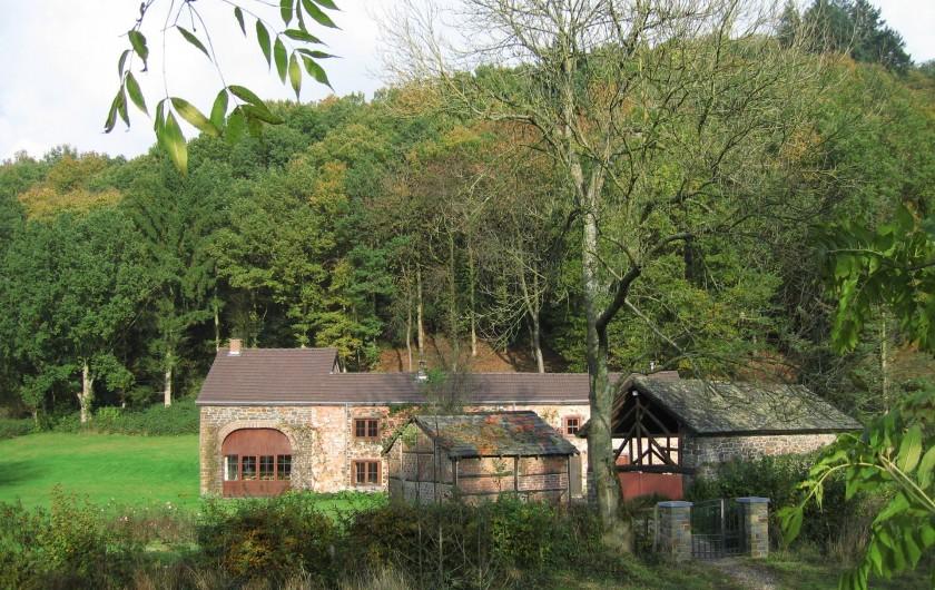 Location de vacances - Villa à Rendeux-Bas - Ensemble des 3 bâtiments vu de la passerelle piétonnière.
