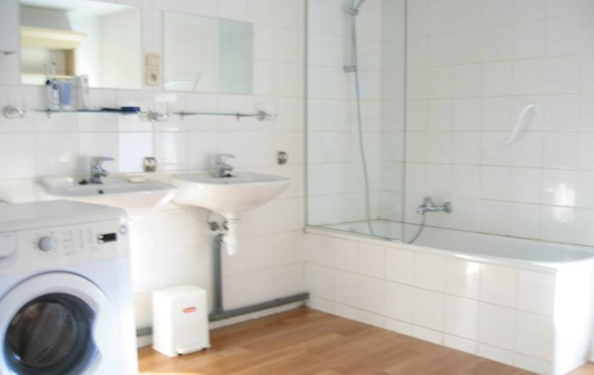 Location de vacances - Villa à Rendeux-Bas - Une des 2 salles de bains avec lave-linge.