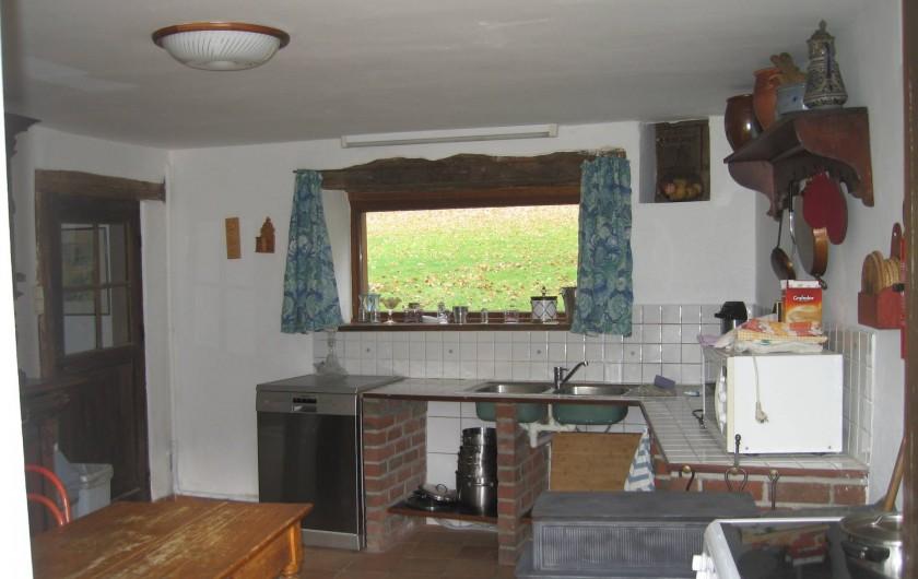 Location de vacances - Villa à Rendeux-Bas - La cuisine avec lavevaisselle,cuisinière vitro-céramique, four,frigo-congélateur