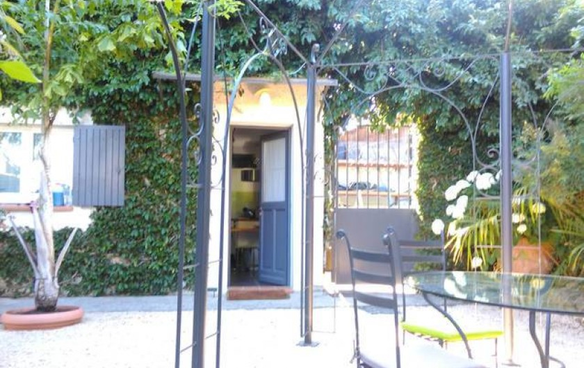 Location de vacances - Studio à Saint-Aygulf - jardin aménagé