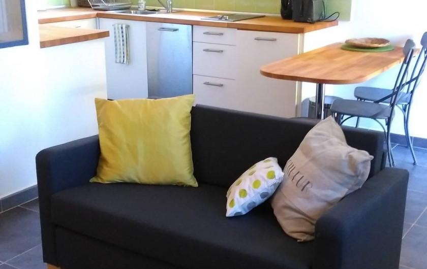 Location de vacances - Studio à Saint-Aygulf - Séjour donnant sur une cuisine américaine