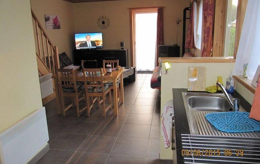 Location de vacances - Bungalow - Mobilhome à Froidchapelle - salle à mangé vue de la cuisine