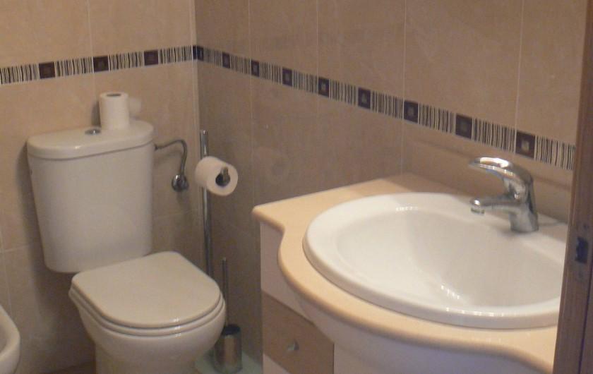 Location de vacances - Appartement à Sant Carles de la Ràpita - Salle de bain detail Grande baignoire, douche et wc