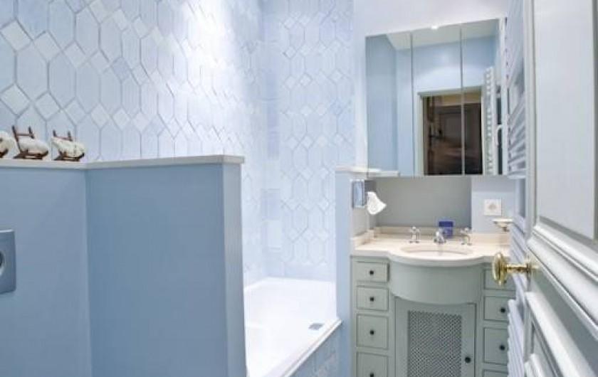 Location de vacances - Appartement à Champs-Élysées - Salle de bain bleu avec ses toilettes