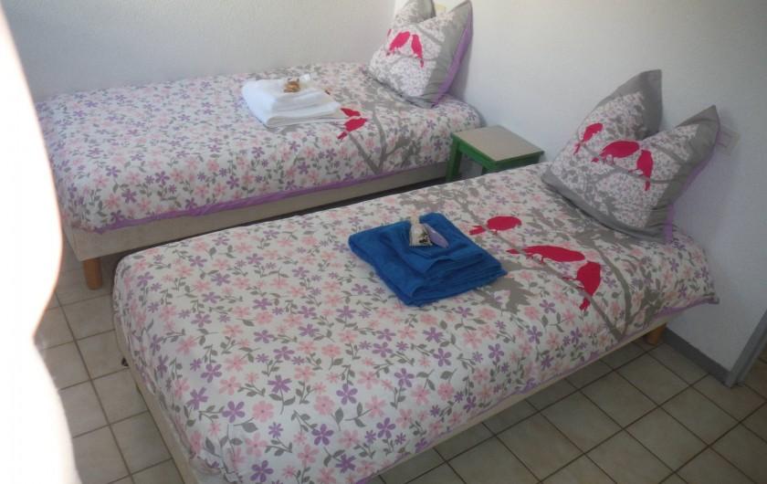 Location de vacances - Appartement à Digne-les-Bains - Deux lits d'une personne dans la chambre, avec une grande penderie.