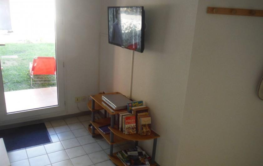 Location de vacances - Appartement à Digne-les-Bains - Coin tv et lecteur dvd ainsi que des dvd fournis !