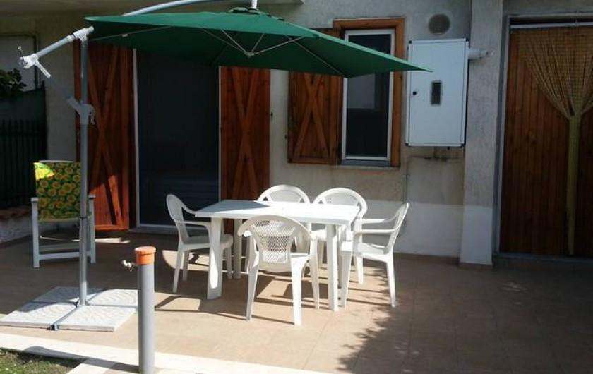 Location de vacances - Appartement à Agropoli - Jardin privé de la maison, avec parasol, table, chaises et barbecue