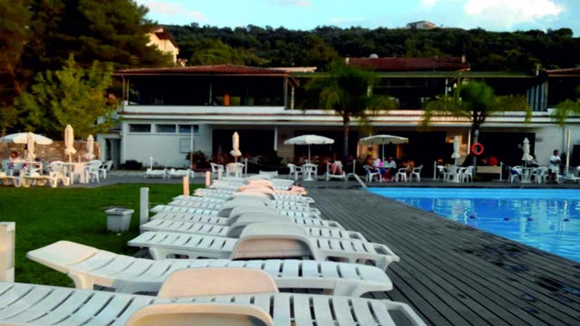 Vue du bar et du restaurant du bord de la piscine
