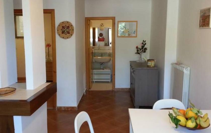 Location de vacances - Appartement à Agropoli - Vue sur le salon de la porte d'entrée; au fond, la salle de bain.
