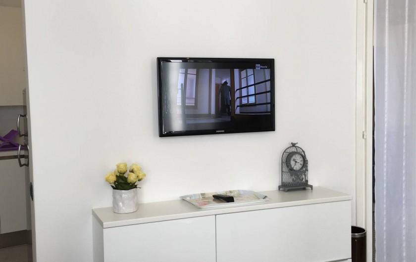 Location de vacances - Appartement à Bergame - meuble salle de séjour avec télévision et porte fenêtre