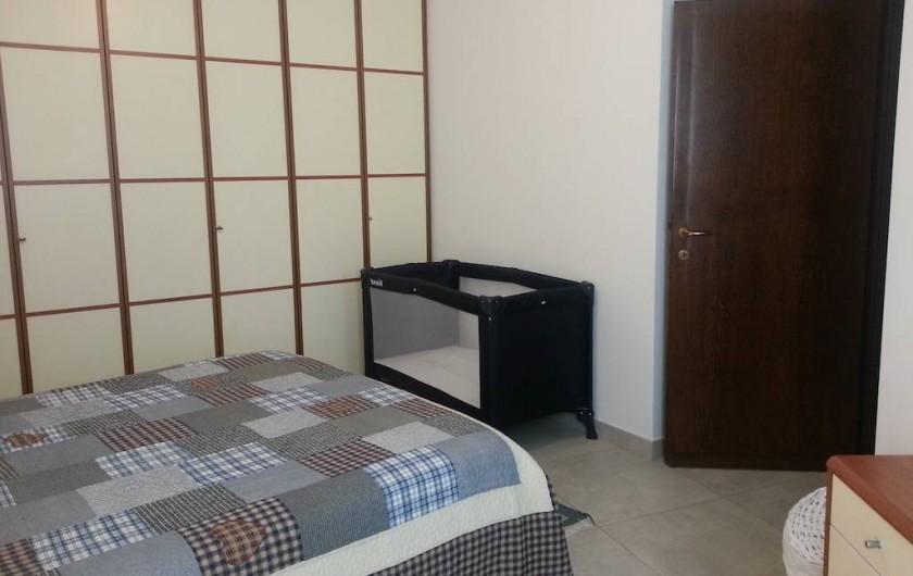 Location de vacances - Appartement à Bergame - chambre avec fenêtre et grande armoire