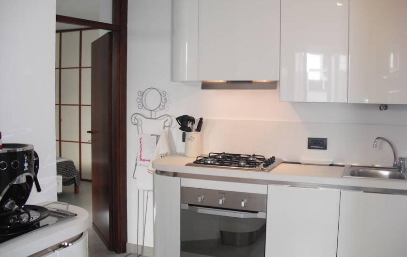 Location de vacances - Appartement à Bergame - cuisine avec porte fenêtre sur la cour interne.