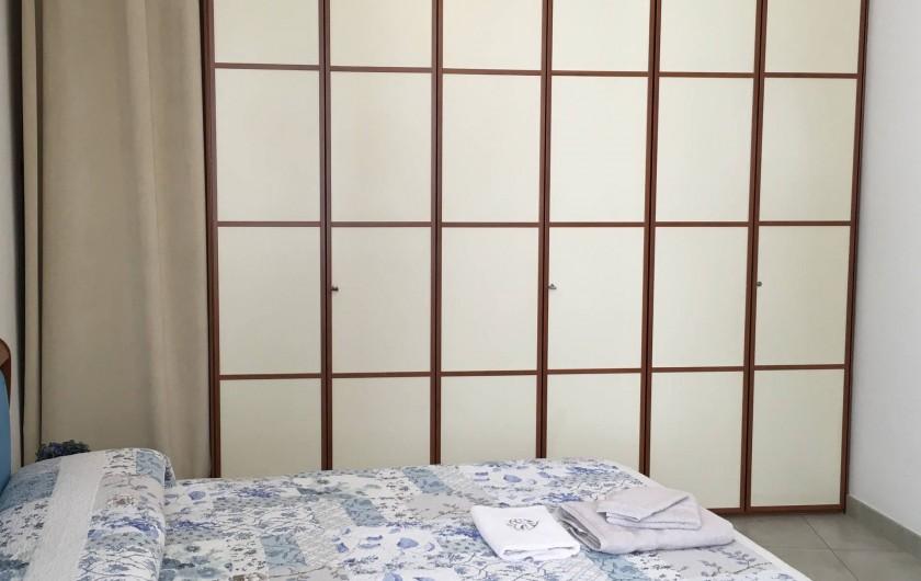 Location de vacances - Appartement à Bergame - grande armoire dans la chambre matrimoniale