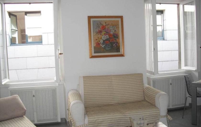 Location de vacances - Appartement à Bergame - divan salle de séjour 2 places avec 2 fenêtres.