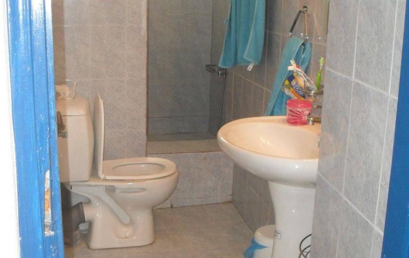 Location de vacances - Appartement à Mesaria - Salle de bain avec douche de 2m² et d'eau chaude solaire!