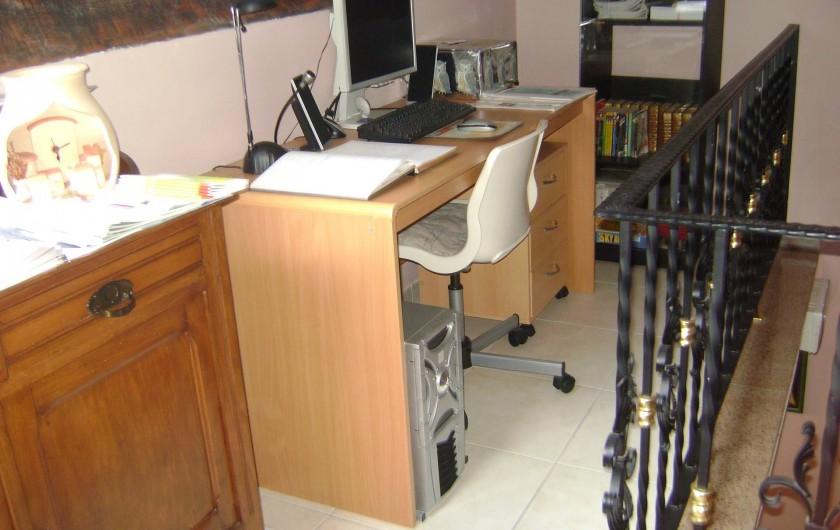 Location de vacances - Chambre d'hôtes à Trivières - MEZZANINE COMMUNE AUX 3 CHAMBRES AVEC COIN LECTURE, REPOS, DOCUMENTATIONS ET PC