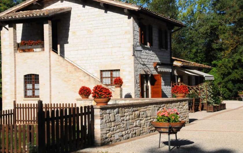 Location de vacances - Appartement à Gubbio - Vue de la gite comprenant les appartement Primula e Ciclamino