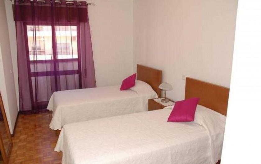 Location de vacances - Appartement à Faro - Chambre N° 1, porte fenêtre donnant cote rue et aces balcon