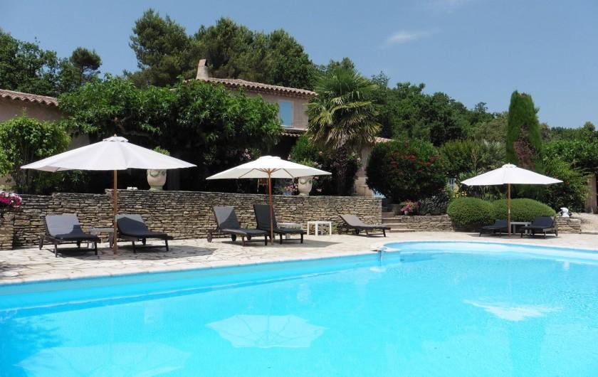 Location de vacances - Chambre d'hôtes à Entrechaux - L'Esclériade, sa piscine, son solarium.