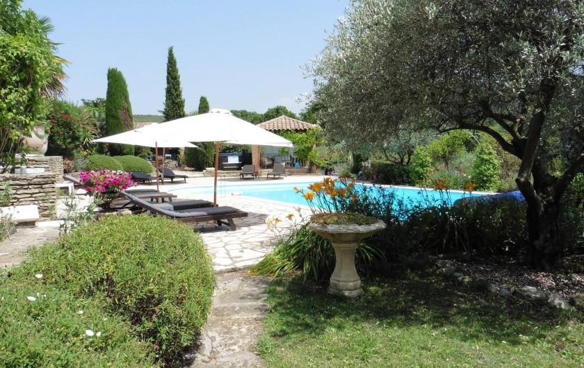 Location de vacances - Chambre d'hôtes à Entrechaux - L'accès à la piscine depuis les chambres.