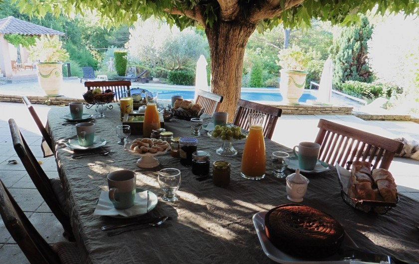 Location de vacances - Chambre d'hôtes à Entrechaux - Les petits déjeuners face à la piscine.