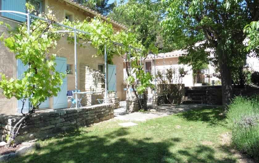 Location de vacances - Chambre d'hôtes à Entrechaux - Chaque chambre s'ouvre sur sa propre petite terrasse.