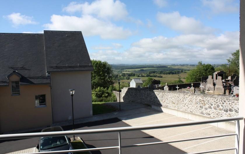 Location de vacances - Studio à Picherande - Vue du bâtiment A sur monts du Cantal