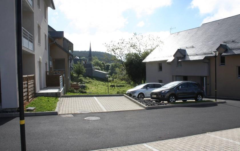 Location de vacances - Studio à Picherande - Vue sur le village entre bâtiments A & B à gauche et bâtiment C à droite
