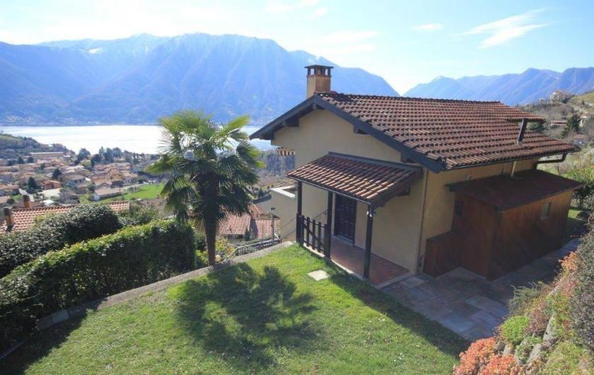 Location de vacances - Maison - Villa à Lenno - Vue du jardin privé et de la maison surplombant le lac