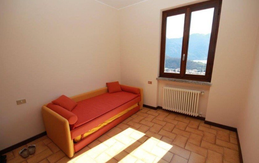Location de vacances - Maison - Villa à Lenno - Chambre d'enfants avec canapé lit double / 2 lits simples + lits bébé