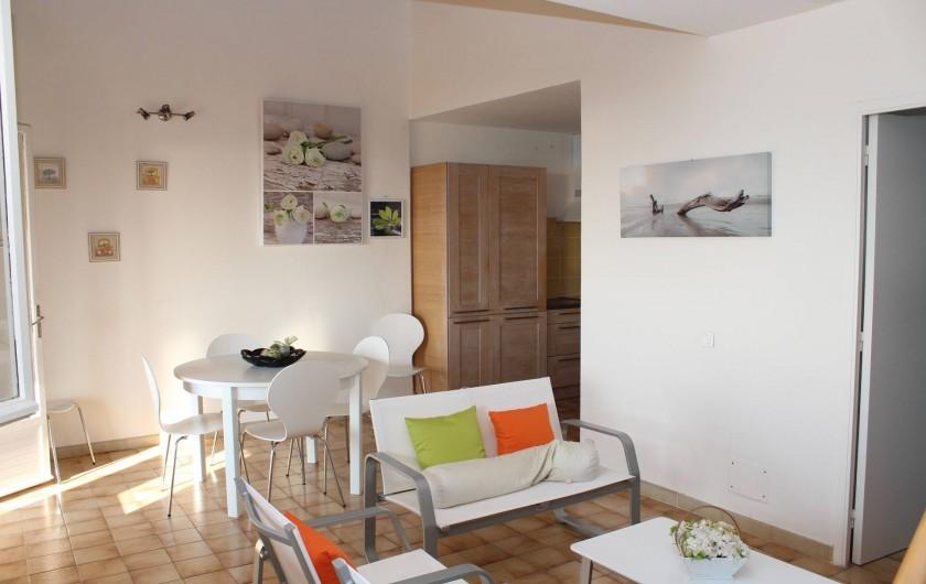 Location de vacances - Chambre d'hôtes à Porticcio - Séjour étage avec cuisine intégrée et salon