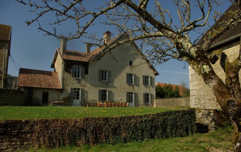 Location de vacances - Chalet à Scey-Maisières - vue depuis le bas du parc