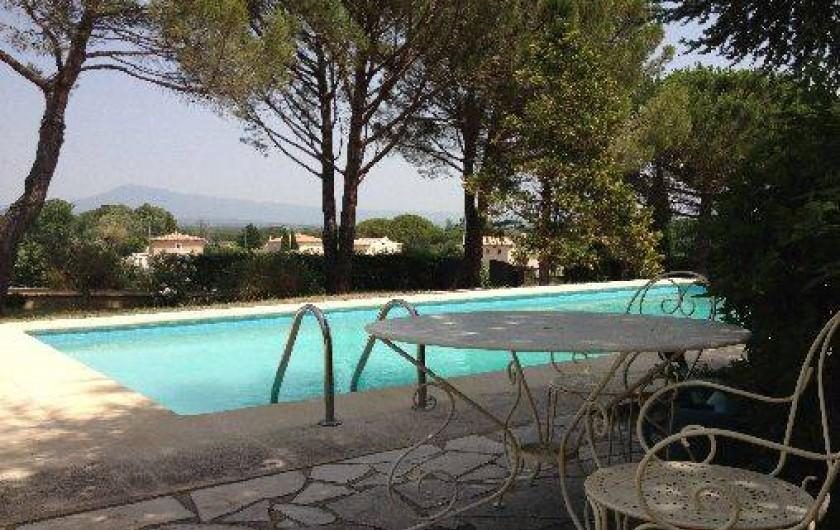 Location de vacances - Villa à Sarrians - piscine  vue sur le Mont Ventoux
