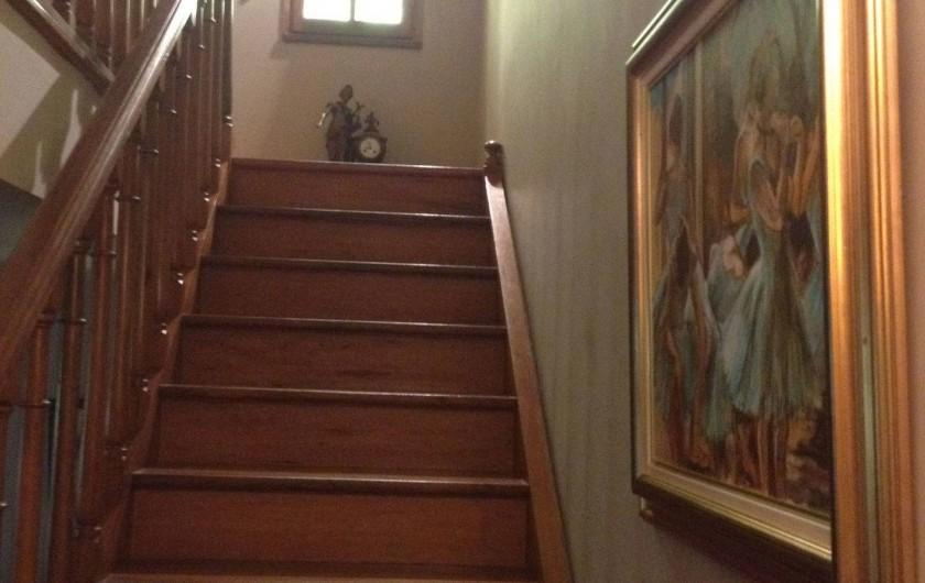Location de vacances - Villa à Sarrians - escalier montant à la chambre