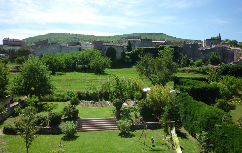 Location de vacances - Villa à Alleins - vue sur les remparts du village et le grand jardin paysager