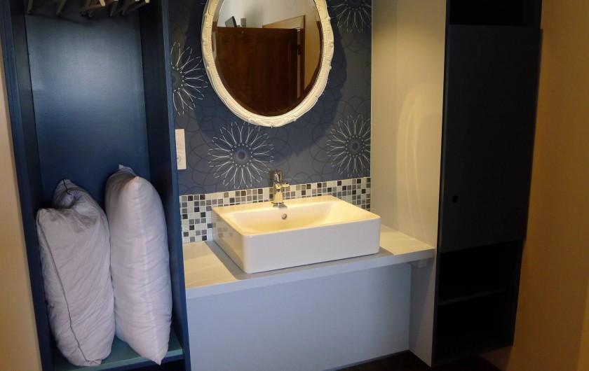 Location de vacances - Gîte à Malempré - Coin lavabo dans chambre 4