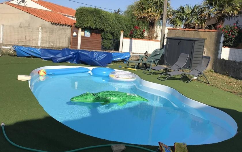 Location de vacances - Chalet à Talmont-Saint-Hilaire - La piscine avec son abris en aluminium pour le rangement des sièges longs