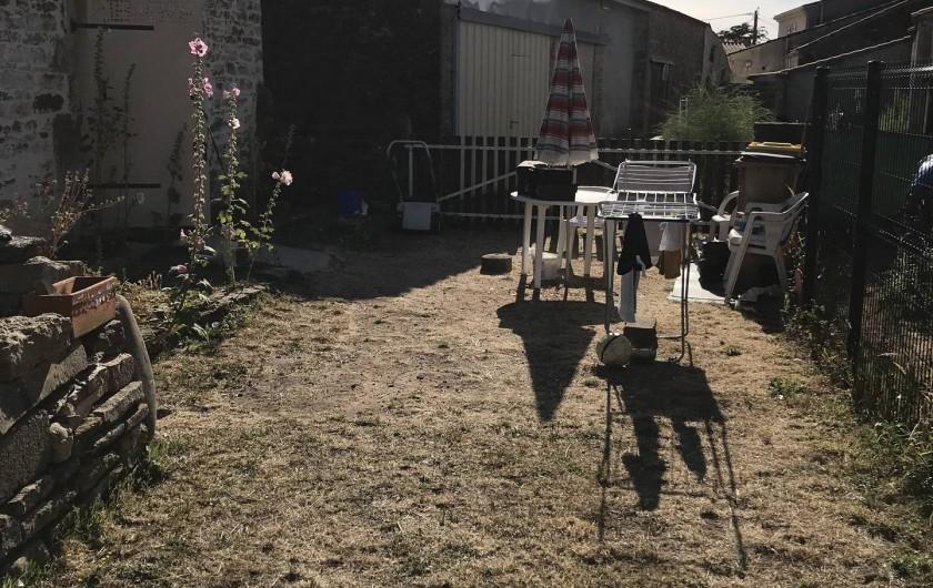 Location de vacances - Chalet à Talmont-Saint-Hilaire - Entrée 2 avec sa terrasse et son barbecue et son tancarvil