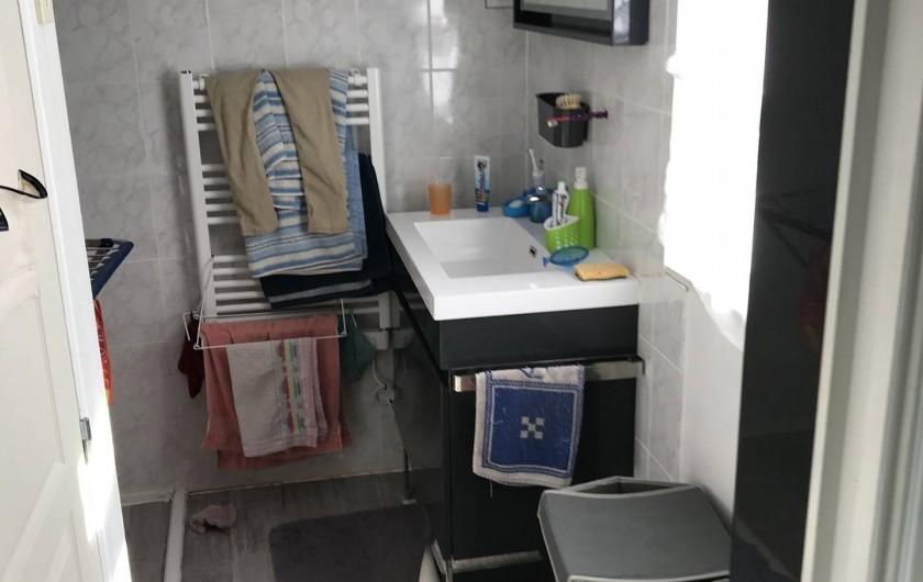 Location de vacances - Chalet à Talmont-Saint-Hilaire - Le lavabo de la partie salle de bain et entrée de la partie laverie
