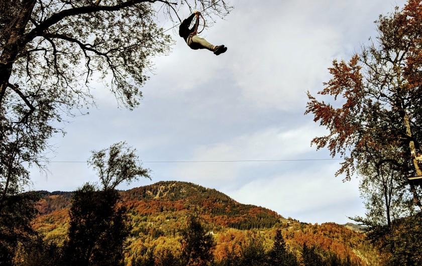Location de vacances - Chalet à Morillon - Accrobranche face à la Bourgeoise. Couleur d'automne.