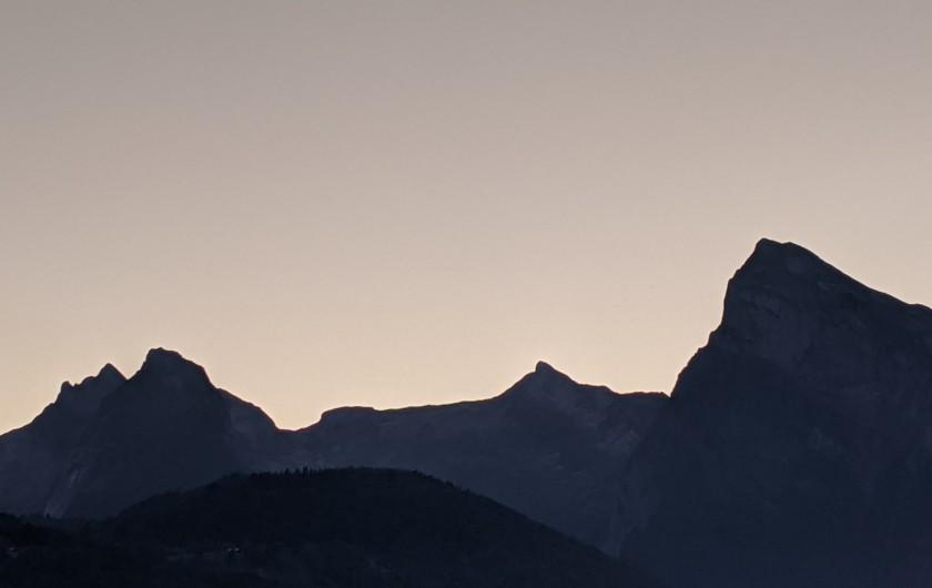 Location de vacances - Chalet à Morillon - La chaîne du Criou au petit matin .