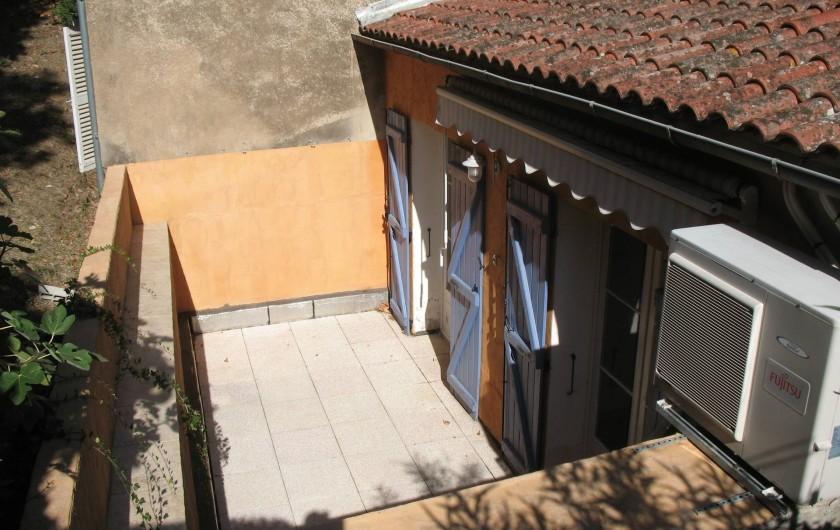 Location de vacances - Maison - Villa à Les Mayons - Terrasse coté châtaigniers